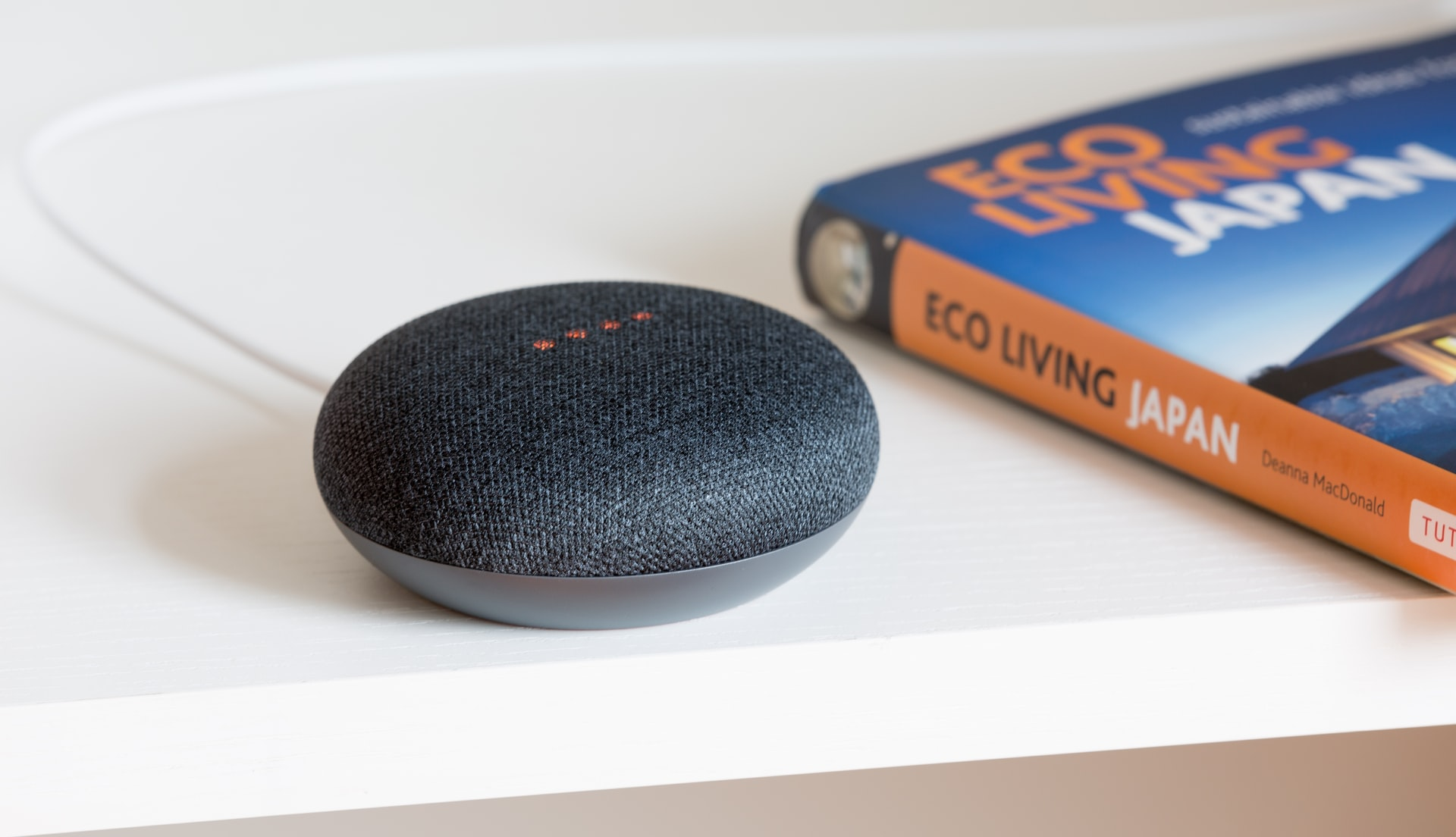 Voice assistants are the future. We can be sure that the capabilities, both of Google Asistant and the competitive Siri, will begin to grow.